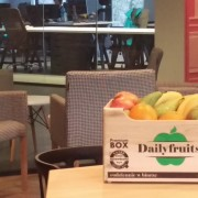 Skrzynka świeżych owoców leżąca w biurze
