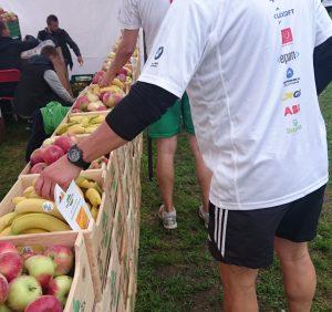 5 300 biegaczy na starcie KRAKÓW BUSINESS RUN doładowało się owocową energią – [FOTO]